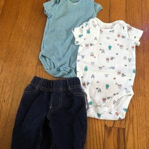 2 short sleeve bodysuits with stretchy jeans.